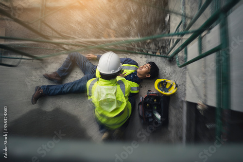 Fotografía Construction worker accident, Accidents at work, Builder accident fall scaffolding to the floor, Safety team help employee accident, Basic first aid training for support accident in site work