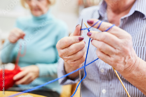 Leinwand Poster Seniors learn to crochet in a knitting club