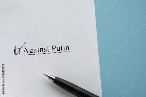 Photo a piece of paper with the inscription against Putin from the ballot sheet on the