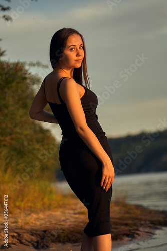 Photo Beautiful girl on the nature near the green shore