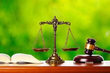 裁判と緑背景