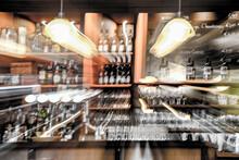 Theke In Einer Bar Mit Flschen An Der Wand. Unscharf Durch Zoomeffekt