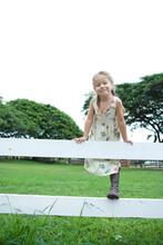 柵に乗る4歳の女の子