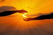 二人の手と手に太陽