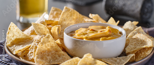 mexican hot queso cheese dip with corn tortilla chips on plate Billede på lærred