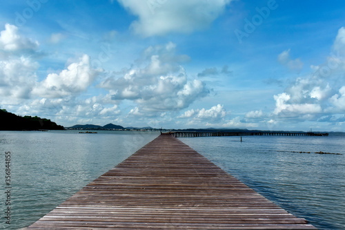 Photo At the seashore there is a bridge