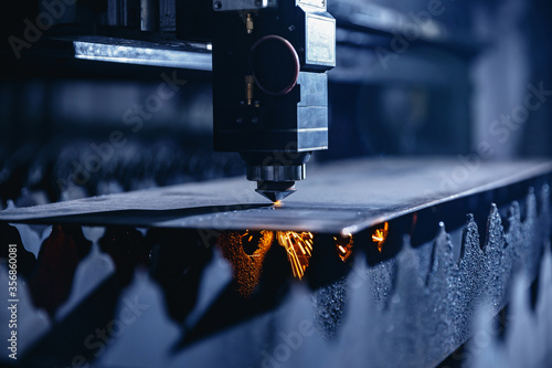 Fotografía CNC laser machine cutting sheet metal with light spark