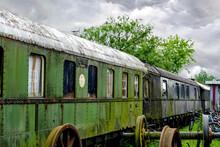 Verwitterte, Heruntergekommen Eisenbahnwaggons An Einem Regnerischen Tag