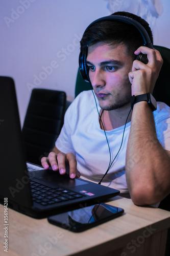 Photo joven trabajando desde la casa y estudiando desde su casa