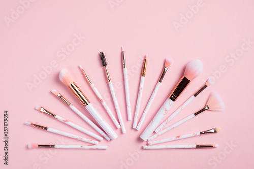 Fotomural Creative flat lay composition with makeup brushes on pink background
