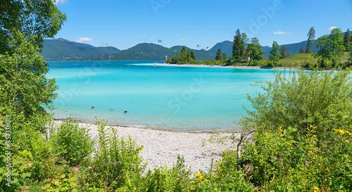 Obraz türkisblauer Walchensee mit Blick auf die Halbinsel Zwergern, Landschaft in Oberbayern - fototapety do salonu