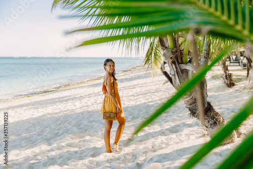 Valokuva Woman in dress at tropical palm beach
