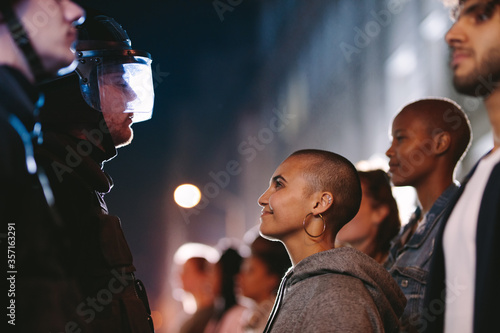 Photo Woman smiling at the policeman during a rally