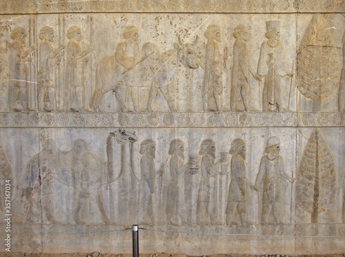 Cuadros en Lienzo Reliefs depicting the Persian courtiers & guardians leading guests to their king