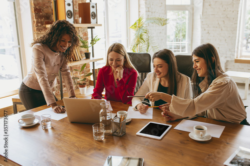 Papel de parede Young caucasian business woman in modern office with team