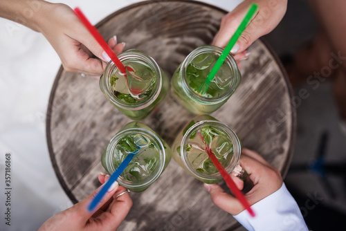 Photo Cold lemonade and straw glasses