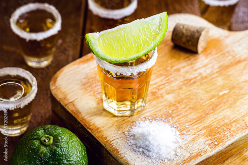 detail of the tequila drink, with a specific focus on the lemon Fototapet
