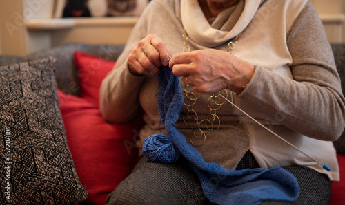 Fényképezés signora che lavora a maglia durante il periodo di quarantena