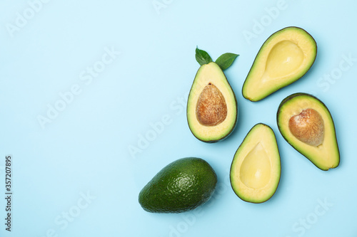 Fotomural Ripe fresh avocado on blue background, top view