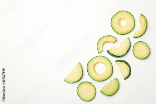 Cuadros en Lienzo Flat lay with avocado slices on white background, top view