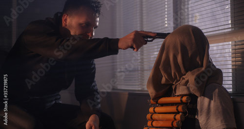 Fotografía Criminal threatening hostage during standoff