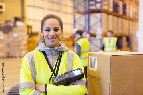 Fotomural Worker holding scanner in warehouse