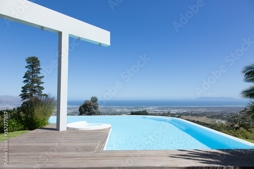 Obraz na plátně Infinity pool overlooking hillside