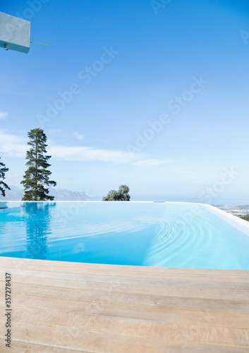 Fotografija Infinity pool overlooking hillside