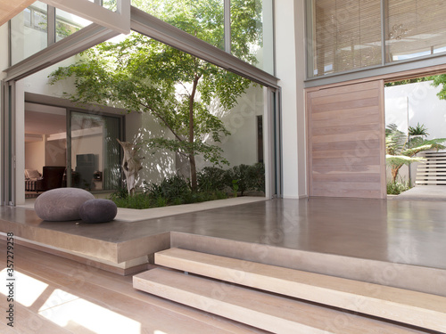 Obraz Modern foyer with courtyard - fototapety do salonu