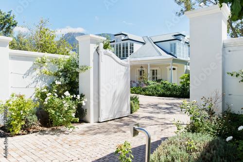 Carta da parati Driveway with open gate to luxury house