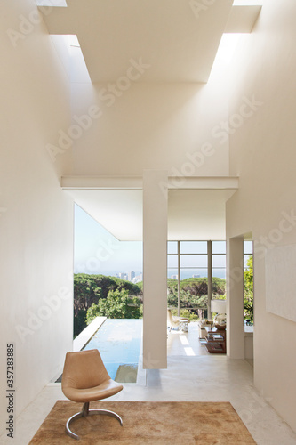 Fotografie, Tablou Modern house overlooking city in distance