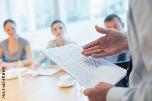 Foto Businessman leading meeting in conference room