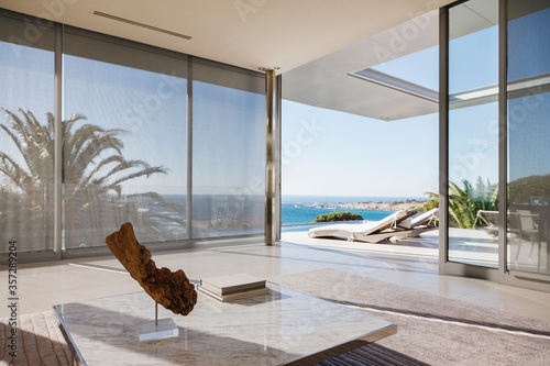 Fotografia Modern living room and patio overlooking ocean