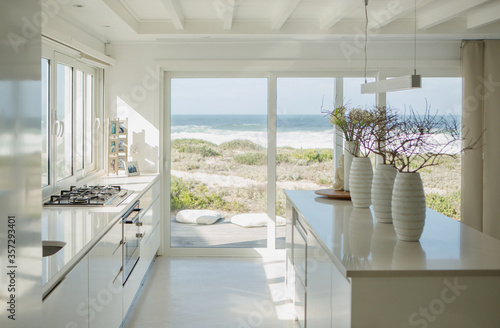 Photo Modern white kitchen with ocean view