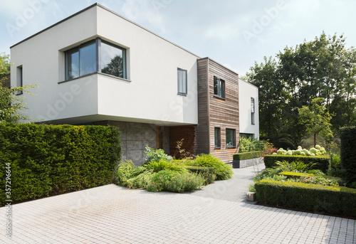 Obraz Hedges around modern house - fototapety do salonu