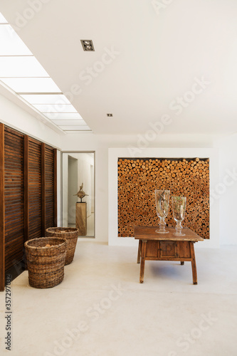 Photo Wood accents in luxury foyer