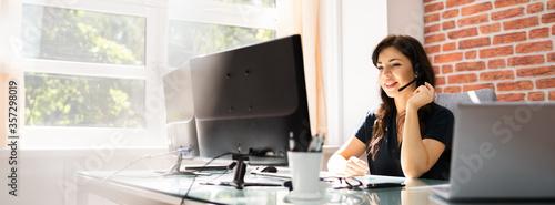Customer Service Business Receptionist Using Headset Fototapet