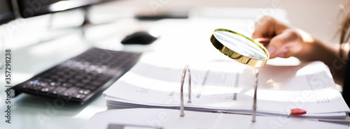 Auditor Investigating Corporate Fraud Fototapet