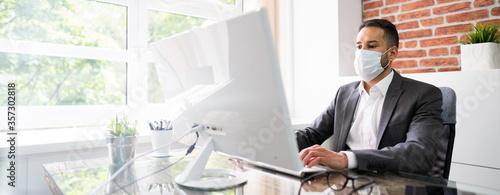 Man Employee In Office Wearing Face Mask Working Fototapete