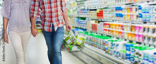 Photo Couple shopping together in grocery store