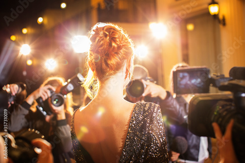 Celebrity being photographed by paparazzi photographers at event Tableau sur Toile