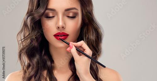 Fotomural Makeup artist applies  red lipstick