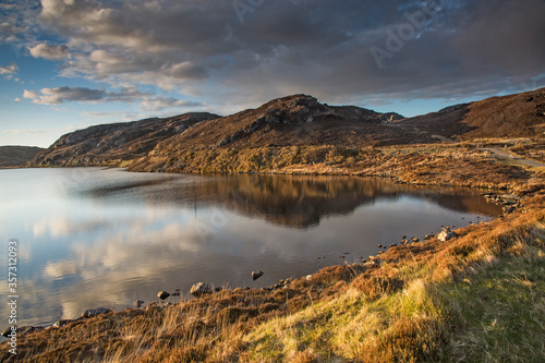 Photo Sunny tranquil view of hills and bay, Scotland