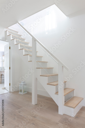 Valokuva Simple white and wood stairs in home showcase foyer