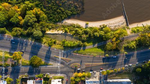 Photo Autopista vista desde el cielo con playa de rio.