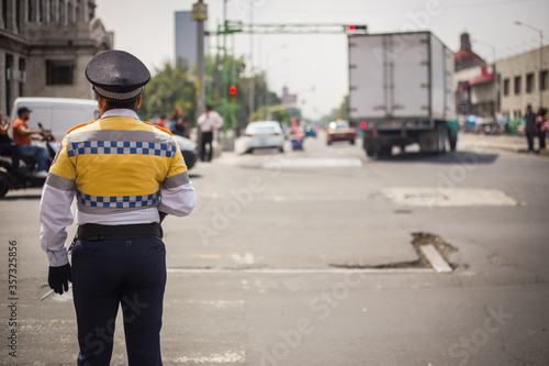 Photo Traffic cop checking the traffic in mexico city