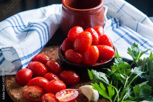 Fotografie, Tablou Tomate cherry con ajo y perejil en rama y seco