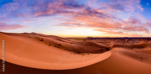Foto Dramtic and colorful sunrise at the Sahara desert: Earth's Largest Hot Desert