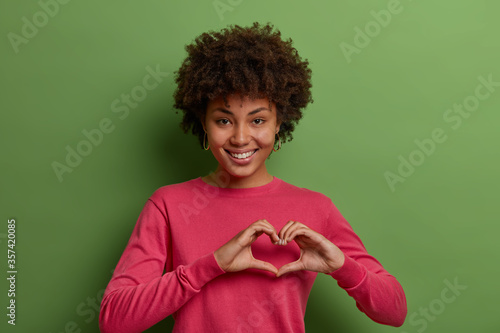 Cuadros en Lienzo Shot of pretty African American woman expresses love, being in romantic mood, sh
