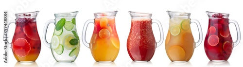 Photo Iced beverages and cocktails in glass pitchers isolated w clipping paths